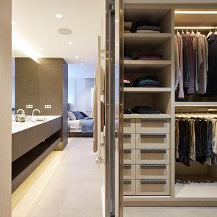 Esempio di uno spazio per vestirsi per uomo minimal di medie dimensioni con ante lisce, pavimento con piastrelle in ceramica e ante beige