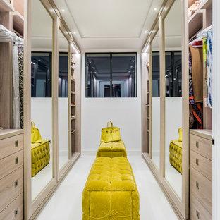 Idee per una grande cabina armadio per donna moderna con ante lisce e pavimento bianco