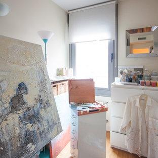 Modelo de armario y vestidor tradicional renovado con suelo de madera en tonos medios y suelo beige
