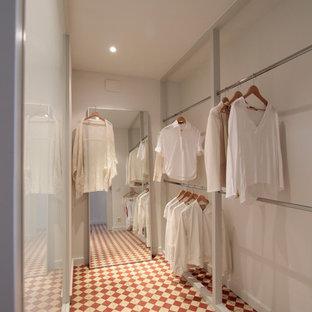 Aménagement d'un grand dressing scandinave neutre avec un placard sans porte, un sol en carrelage de céramique et un sol multicolore.