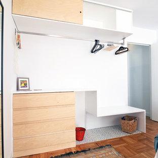 Foto de armario vestidor unisex, contemporáneo, de tamaño medio, con armarios abiertos, puertas de armario de madera clara, suelo de baldosas de porcelana y suelo azul