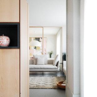 Diseño de armario vestidor unisex, contemporáneo, de tamaño medio, con armarios con paneles lisos, puertas de armario de madera clara, suelo de linóleo y suelo gris