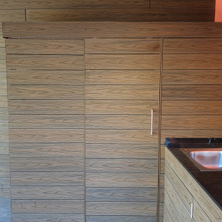 Foto de armario y vestidor mediterráneo, de tamaño medio, con puertas de armario marrones, suelo de madera oscura y suelo marrón