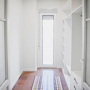 Diseño de armario y vestidor mediterráneo, pequeño, con suelo de baldosas de cerámica