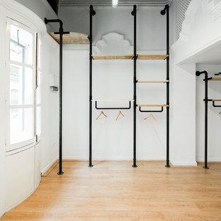 Ejemplo de vestidor unisex, vintage, de tamaño medio, con armarios abiertos y suelo de madera en tonos medios