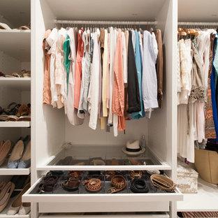 Inspiration pour un dressing et rangement nordique de taille moyenne et neutre avec un placard à porte plane et des portes de placard blanches.