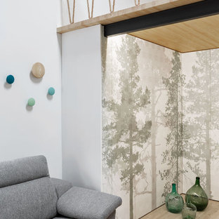 Bild på en mellanstor nordisk garderob för könsneutrala, med luckor med infälld panel, gröna skåp, klinkergolv i porslin och beiget golv
