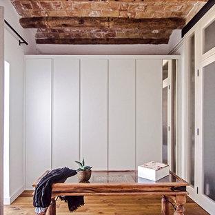 Idee per un armadio o armadio a muro unisex mediterraneo di medie dimensioni con ante lisce e ante bianche