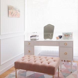 Ejemplo de vestidor de mujer, ecléctico, grande, con armarios abiertos, suelo de madera en tonos medios y suelo beige