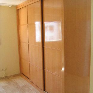 Imagen de armario unisex, clásico renovado, de tamaño medio, con armarios con paneles con relieve y puertas de armario de madera oscura