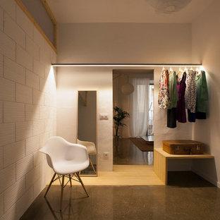Imagen de armario vestidor de mujer, escandinavo, grande, con armarios abiertos