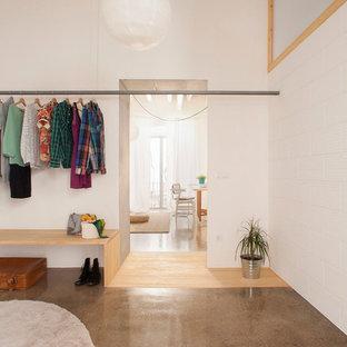 Foto di una cabina armadio unisex scandinava di medie dimensioni con nessun'anta e pavimento marrone