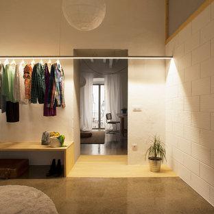 Großes, Neutrales Skandinavisches Ankleidezimmer mit Ankleidebereich und offenen Schränken in Barcelona