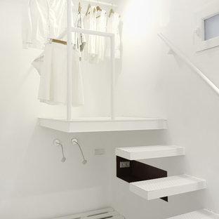 Foto di piccoli armadi e cabine armadio mediterranei con parquet chiaro e pavimento bianco