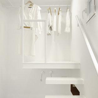 Ispirazione per piccoli armadi e cabine armadio mediterranei con parquet chiaro e pavimento bianco