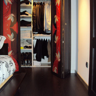 Diseño de armario vestidor unisex, tropical, pequeño, con suelo de madera oscura