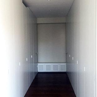 Ejemplo de armario vestidor unisex, moderno, grande, con armarios con paneles empotrados y puertas de armario blancas