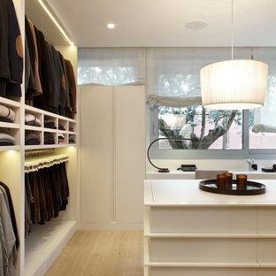 Idéer för ett mellanstort klassiskt omklädningsrum för män, med öppna hyllor, vita skåp och ljust trägolv