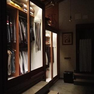 Ejemplo de armario y vestidor rural, de tamaño medio, con armarios tipo vitrina y suelo de baldosas de porcelana
