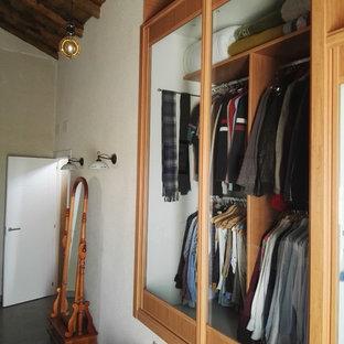 Diseño de armario y vestidor rústico, de tamaño medio, con armarios tipo vitrina y suelo de baldosas de porcelana
