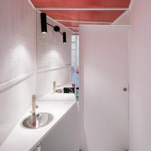 Свежая идея для дизайна: маленький туалет в современном стиле с столешницей из дерева, белой столешницей, белыми стенами, деревянным полом, подвесной раковиной и белым полом - отличное фото интерьера
