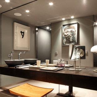 Idée de décoration pour un WC et toilettes vintage de taille moyenne avec un mur gris et une vasque.