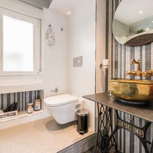 Diseño de aseo vintage, de tamaño medio, con armarios tipo mueble, sanitario de pared, paredes multicolor y lavabo sobreencimera
