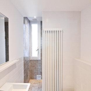 Aménagement d'un petit WC et toilettes classique avec un bidet et une grande vasque.