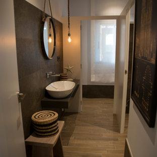 アリカンテのコンテンポラリースタイルのおしゃれなトイレ・洗面所 (白いキャビネット、茶色いタイル、茶色い壁、木目調タイルの床、木製洗面台、フローティング洗面台) の写真