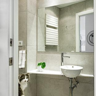 Mediterrane Gästetoilette mit Toilette mit Aufsatzspülkasten, grauen Fliesen, Keramikfliesen, grauer Wandfarbe, Keramikboden, Aufsatzwaschbecken, Marmor-Waschbecken/Waschtisch, grauem Boden und weißer Waschtischplatte in Barcelona