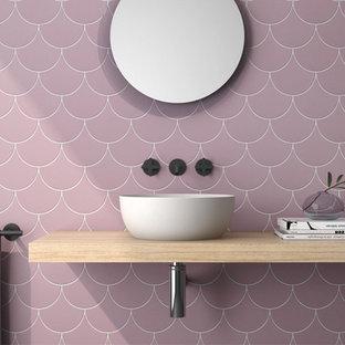 Aménagement de WC et toilettes modernes avec des carreaux de céramique et un mur violet.
