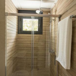 Mittelgroße Mediterrane Gästetoilette mit Fliesen in Holzoptik, brauner Wandfarbe, Keramikboden und beigem Boden in Sonstige