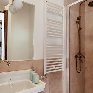 バルセロナの小さいラスティックスタイルのおしゃれなトイレ・洗面所 (茶色い壁、茶色い床、セメントタイル、コンクリートの床) の写真