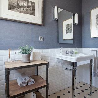 Diseño de aseo clásico renovado, pequeño, con armarios tipo mueble, puertas de armario de madera oscura, baldosas y/o azulejos de cemento, paredes azules, suelo con mosaicos de baldosas, baldosas y/o azulejos blancos, baldosas y/o azulejos blancas y negros y lavabo tipo consola