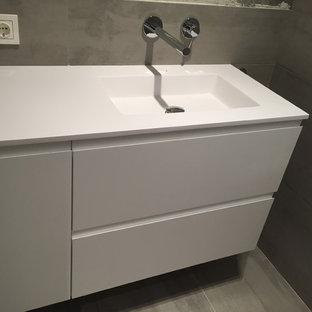 Пример оригинального дизайна: туалет среднего размера в скандинавском стиле с плоскими фасадами, инсталляцией, белой плиткой, цементной плиткой, разноцветными стенами, светлым паркетным полом, настольной раковиной, столешницей из дерева и белыми фасадами