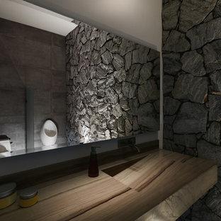 Ispirazione per un piccolo bagno di servizio contemporaneo con ante in legno bruno, WC monopezzo, pareti beige, pavimento in marmo, lavabo integrato, top in marmo e pavimento beige
