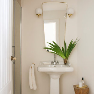На фото: туалеты среднего размера в средиземноморском стиле с белыми стенами, полом из цементной плитки, раковиной с пьедесталом и зеленым полом