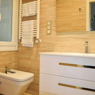 Esempio di un bagno di servizio tradizionale di medie dimensioni con ante lisce, ante bianche, bidè, pareti beige e lavabo integrato