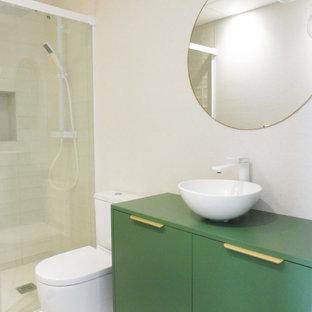 Свежая идея для дизайна: туалет среднего размера в стиле модернизм с бежевой плиткой, бежевыми стенами, полом из керамогранита, настольной раковиной, бежевым полом и зеленой столешницей - отличное фото интерьера