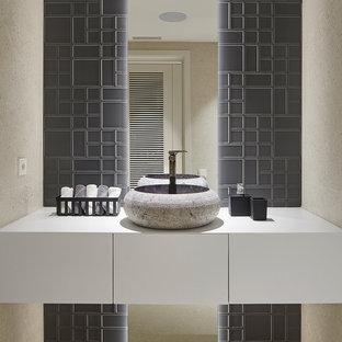 Foto de aseo contemporáneo con armarios con paneles lisos, puertas de armario blancas, baldosas y/o azulejos beige, baldosas y/o azulejos grises, paredes beige, lavabo sobreencimera y encimeras blancas