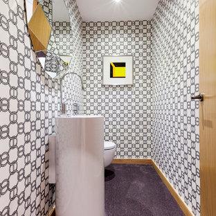 Foto de aseo contemporáneo, pequeño, con sanitario de pared, paredes multicolor y lavabo con pedestal