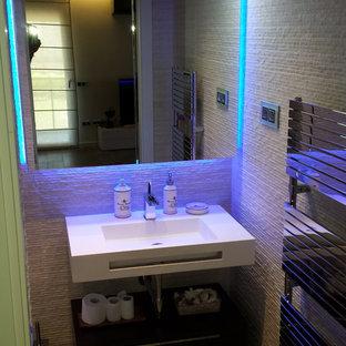 Новые идеи обустройства дома: маленький туалет в стиле модернизм с стеклянными фасадами, бежевой плиткой, керамогранитной плиткой, бежевыми стенами, полом из керамогранита, подвесной раковиной и столешницей из искусственного камня