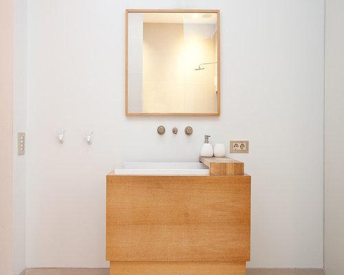 ejemplo de aseo contemporneo pequeo con armarios con paneles lisos puertas de armario