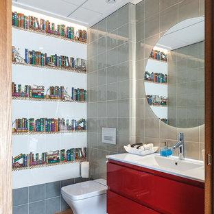 Ejemplo de aseo actual con armarios con paneles lisos, puertas de armario rojas, sanitario de una pieza, baldosas y/o azulejos multicolor, lavabo tipo consola y suelo marrón