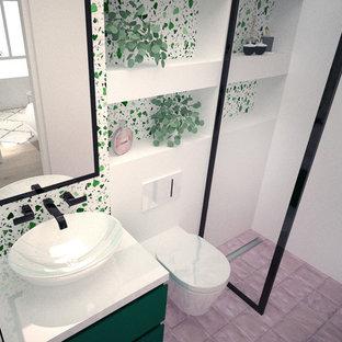 Пример оригинального дизайна: маленький туалет в морском стиле с раздельным унитазом, розовой плиткой, каменной плиткой, зелеными стенами, полом из керамогранита, настольной раковиной, столешницей из искусственного кварца, розовым полом и белой столешницей