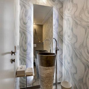 Modelo de aseo moderno, pequeño, con lavabo con pedestal