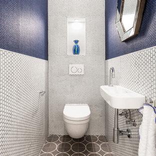 Foto de aseo actual, pequeño, con sanitario de pared, baldosas y/o azulejos azules, baldosas y/o azulejos blancos, baldosas y/o azulejos en mosaico, paredes azules, lavabo suspendido y suelo gris