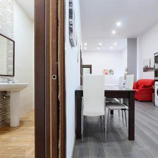 Идея дизайна: маленький туалет в стиле модернизм с писсуаром, бежевой плиткой, керамической плиткой, белыми стенами, полом из керамической плитки, раковиной с несколькими смесителями и бежевым полом