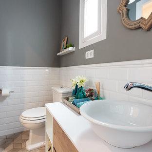 Imagen de aseo tradicional renovado, pequeño, con sanitario de dos piezas, baldosas y/o azulejos blancos, baldosas y/o azulejos beige, baldosas y/o azulejos de cemento, paredes grises y lavabo sobreencimera