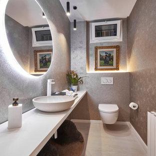 Imagen de aseo contemporáneo, pequeño, con armarios abiertos, puertas de armario blancas, suelo de baldosas de porcelana, lavabo sobreencimera, encimera de laminado y encimeras blancas